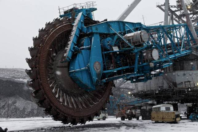 This is the biggest saw in the world, and it can cut through MOUNTAINS