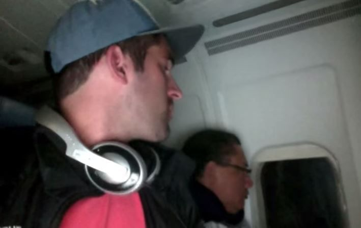 Gotcha! This is how to deal with nosey passengers on airplanes