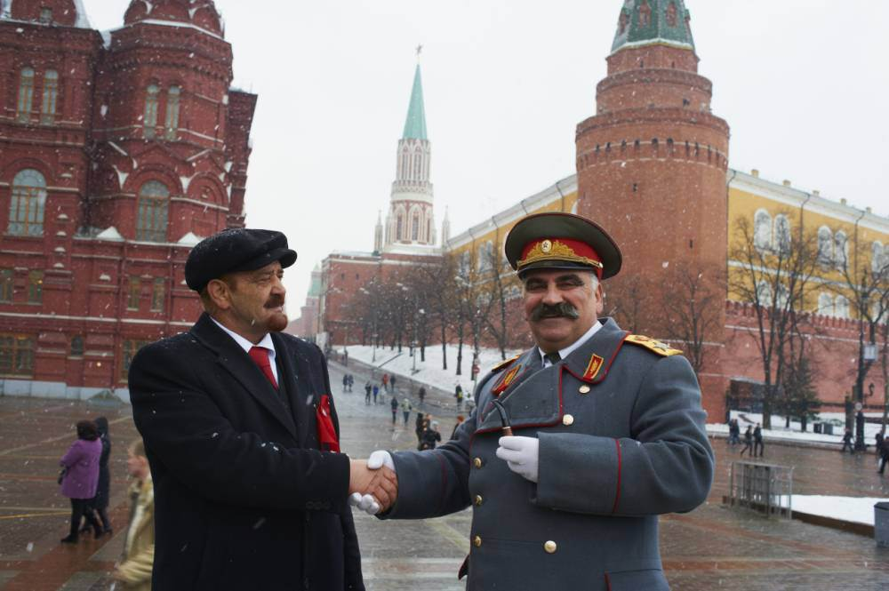 Lenin and Stalin impersonators get into scrap in downtown Moscow